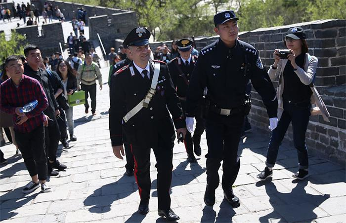 les agents de la police italienne à pied bat sur Great Wall